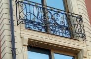 Балкон у окна дома кованый