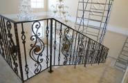 Ограждения кованые поворотные на лестнице в доме