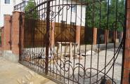 Кованые ворота. Территория частного дома.