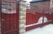 Калитка и ворота кованые, окрашеные в бордо