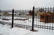 Забор кованый установлен на разные уровни