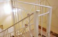 Кованые перила для лестницы внутри помещения