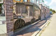Ворота кованые на каменных столбах