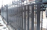 Кованый забор с металлическими пластинами
