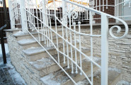 Перила кованые на улице окрашенные в белый цвет