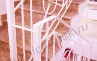 Лестница между этажами с коваными перилами