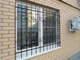 Решетка на окно первого этажа здания кованая