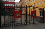 Черные массивные ворота с ковкой для МЧС России в Москве № В-210