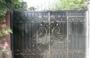 Калитка встроена в створку ворот, патина золото № В-212