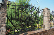 Кованый забор с кирпичем