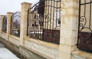 Забор кованый в камне