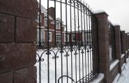 Забор кованый с каменными столбами - частный дом