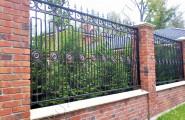 Забор кованый с кирпичными столбами