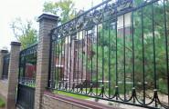 Забор кованый, частный дом, кирпичные столбы